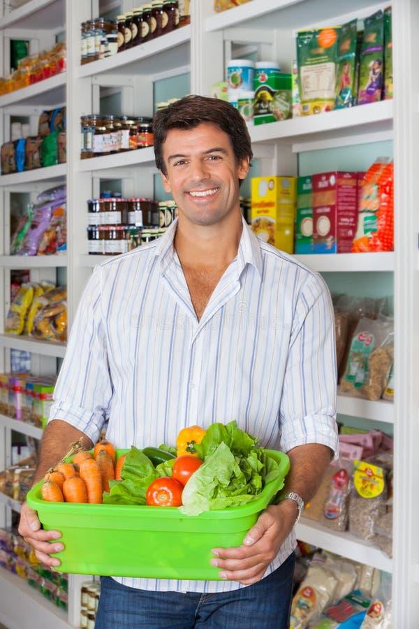 Mężczyzna Z Jarzynowym koszem W supermarkecie zdjęcia royalty free