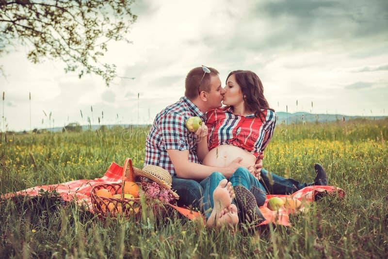 Mężczyzna z jego ciężarną żoną na na wolnym powietrzu fotografia stock
