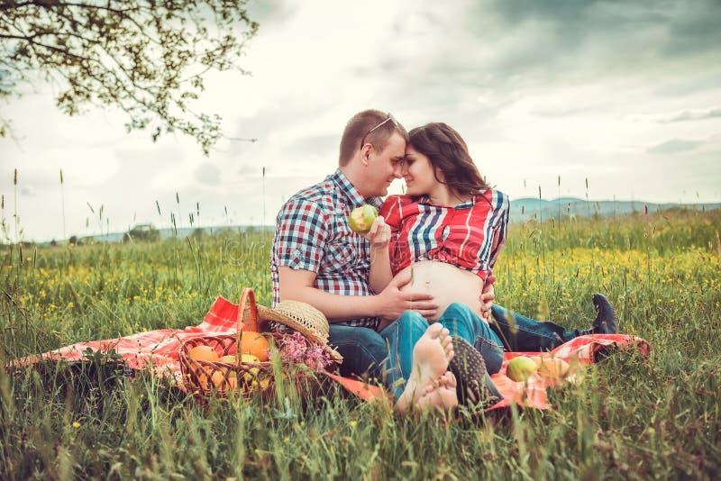 Mężczyzna z jego ciężarną żoną na na wolnym powietrzu zdjęcia stock
