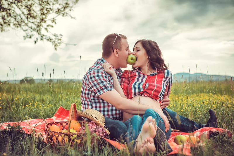 Mężczyzna z jego ciężarną żoną na na wolnym powietrzu obrazy stock