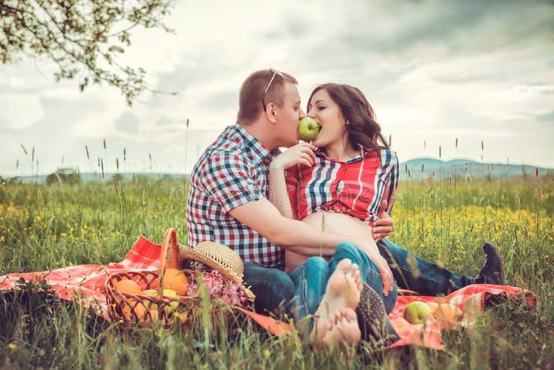 Mężczyzna z jego ciężarną żoną na na wolnym powietrzu obraz stock