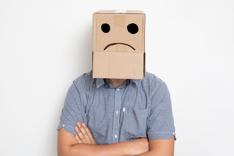 mężczyzna z kartonem na jego głowie, smutny smiley obrazy royalty free