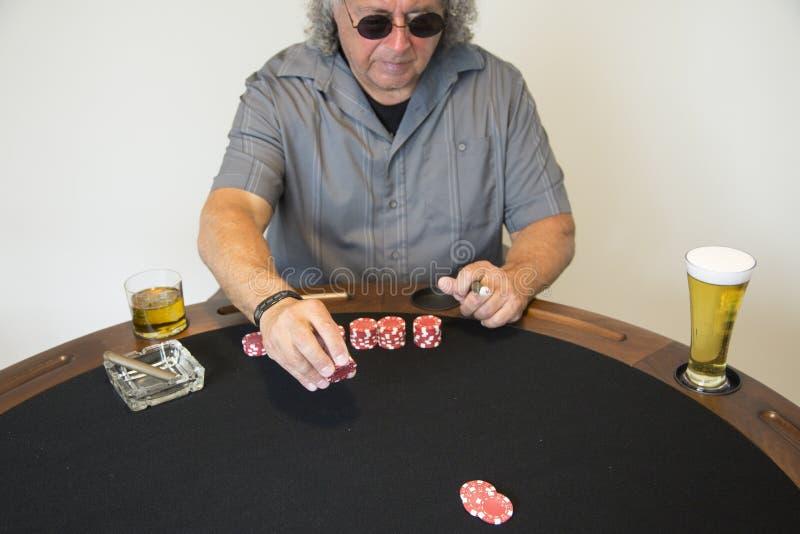 Mężczyzna z kasynowymi układami scalonymi fotografia royalty free