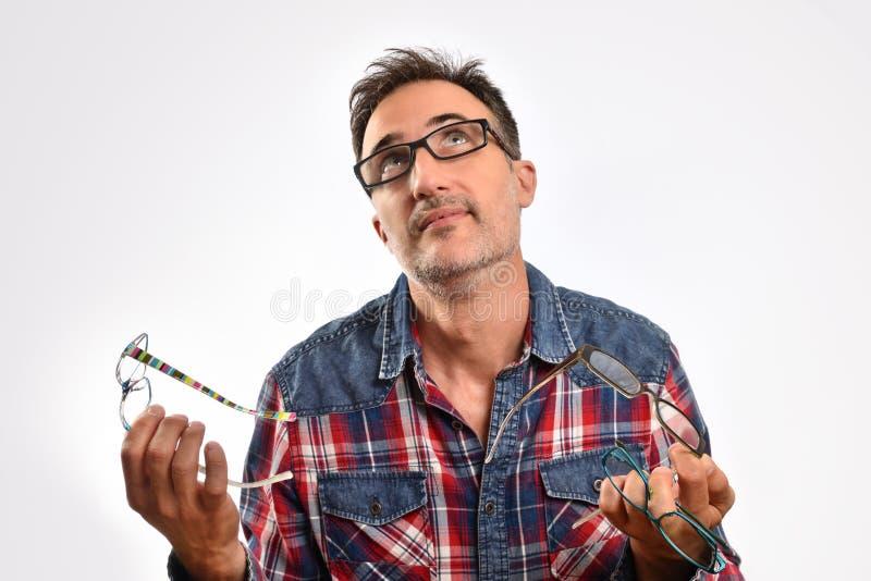 Mężczyzna z kilka szkłami w ich ręki przyglądający up zdjęcia stock
