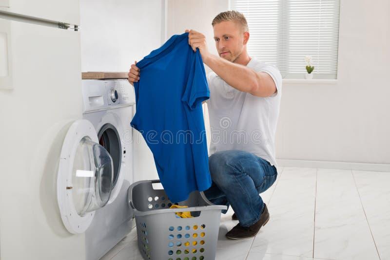 Mężczyzna Z koszulką Podczas gdy Używać pralkę fotografia stock
