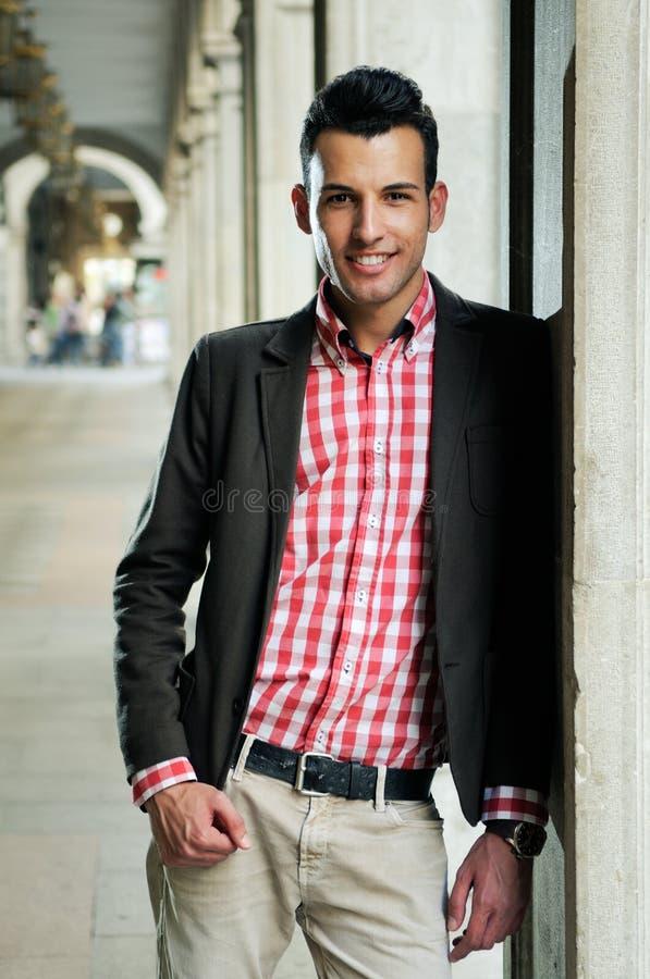 Mężczyzna z kurtką i koszula w miastowym tle obrazy royalty free