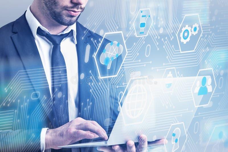 Mężczyzna z laptopem, cyfrowy biznesowy interfejs royalty ilustracja