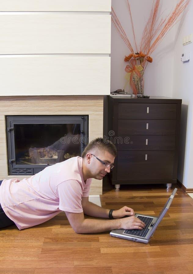Mężczyzna z laptopem na podłoga obraz royalty free
