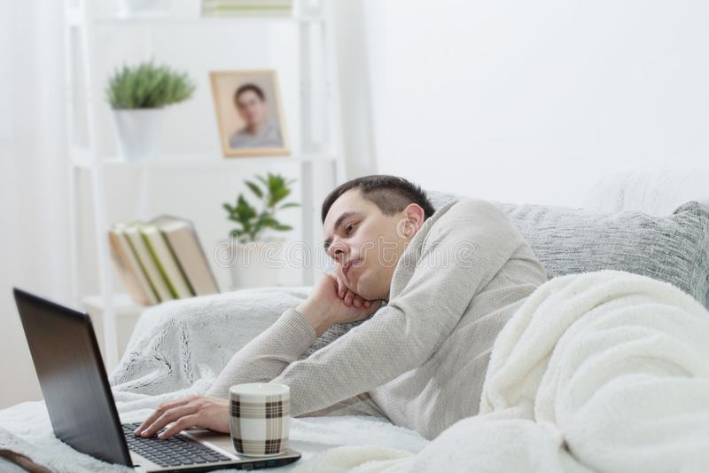 Mężczyzna z laptopem w domu zdjęcia stock