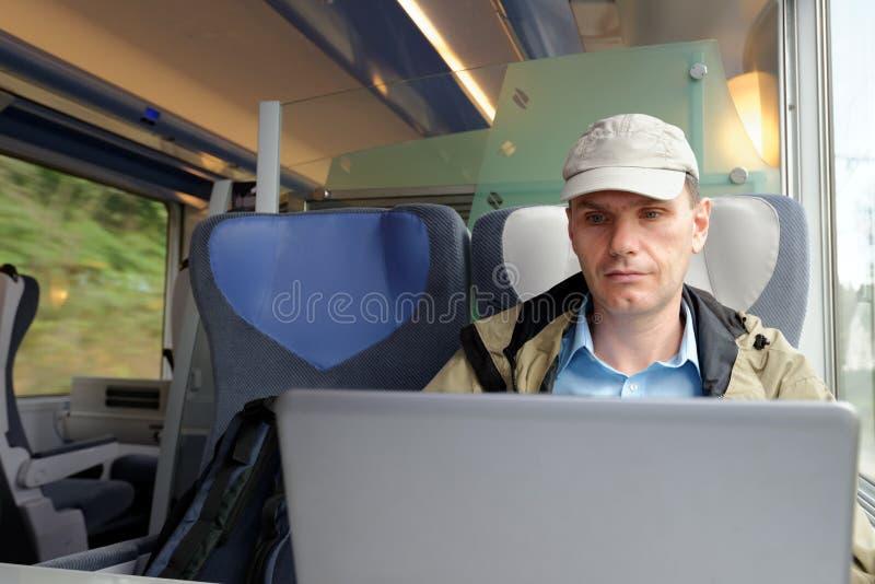 Mężczyzna z laptopem w pociągu obrazy royalty free