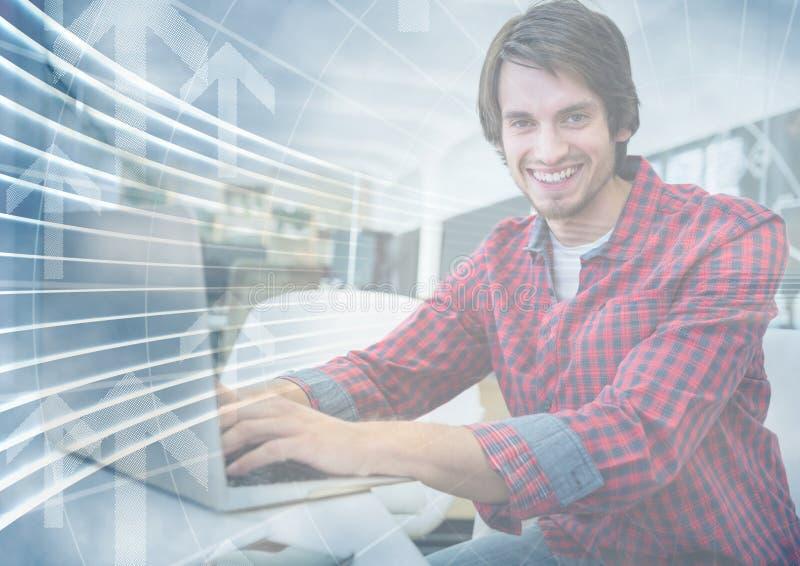 Mężczyzna z laptopem za strzałkowatą graficzną narzutą obrazy royalty free