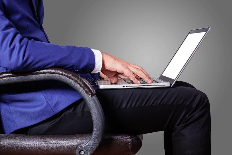 Mężczyzna z laptopu obsiadaniem w biurze zdjęcia stock
