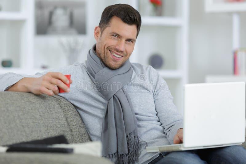 Mężczyzna z laptopu ono uśmiecha się obrazy stock