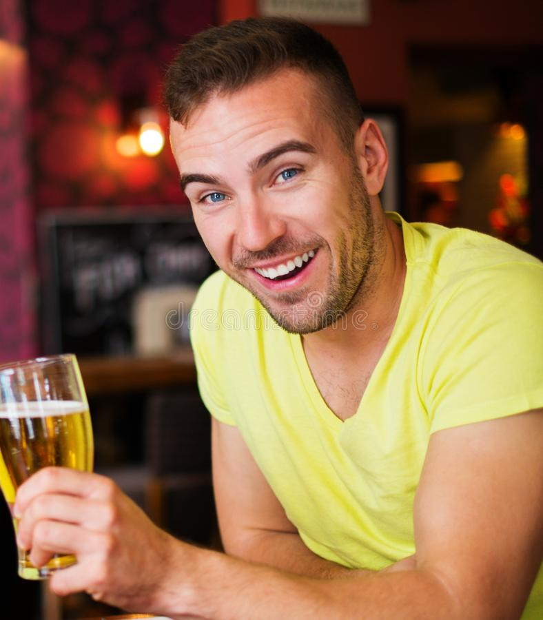 Mężczyzna z lekkim piwem zdjęcia stock