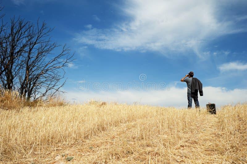 Mężczyzna z lornetkami w polu fotografia royalty free