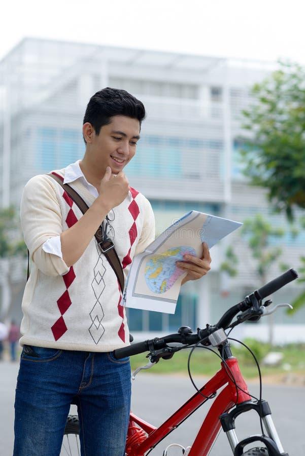 Mężczyzna z mapą zdjęcie royalty free