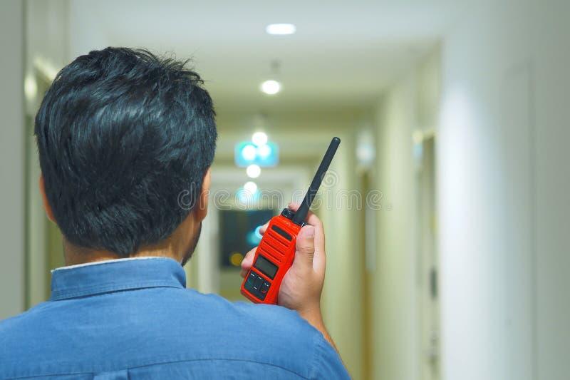 Mężczyzna z nadajnikiem radiowym Walkie Talkie lub Portable fotografia stock