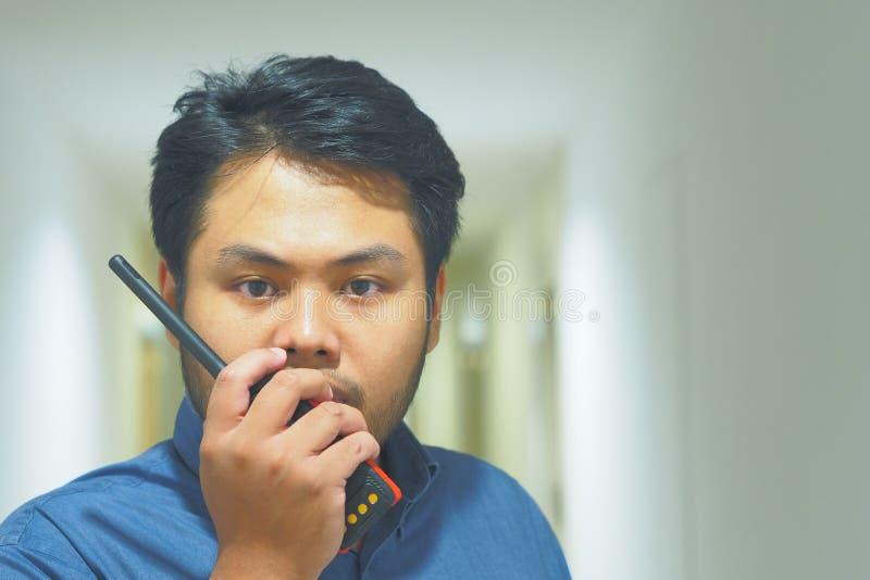 Mężczyzna z nadajnikiem radiowym Walkie Talkie lub Portable obrazy stock