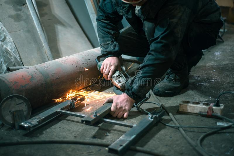 Mężczyzna z naprawami lampa obrazy royalty free