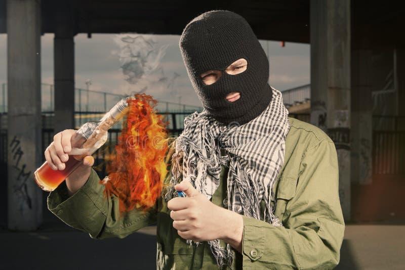 Mężczyzna z niebezpieczną flammable butelką w rękach zdjęcia stock