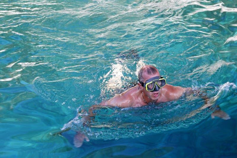 Mężczyzna z nurków eyeglasses w Adriatic morzu obraz stock