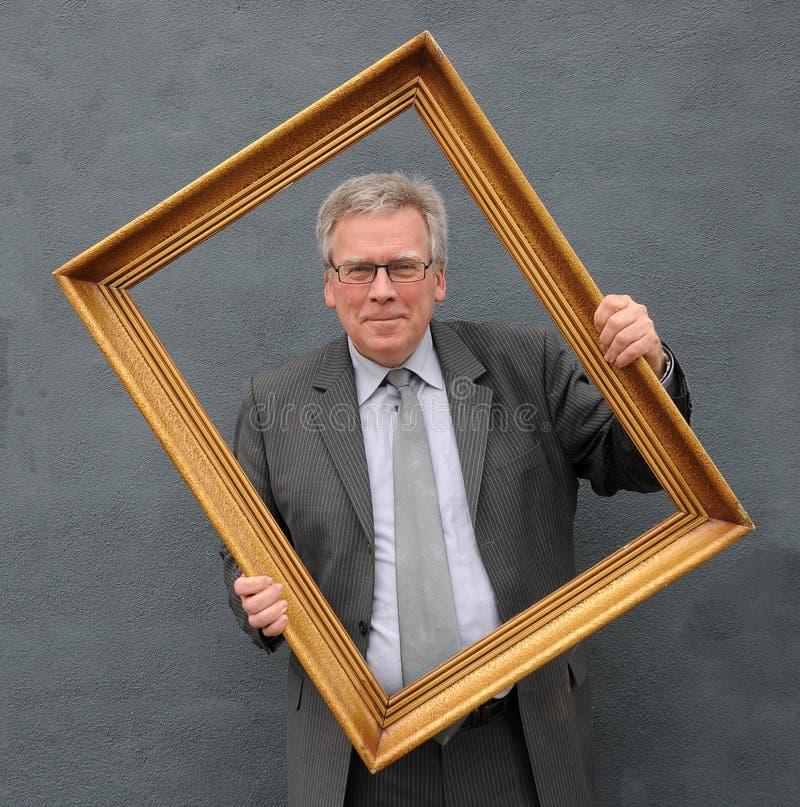 Mężczyzna z obrazek ramą obraz royalty free