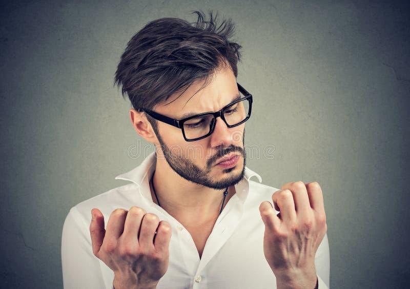 Mężczyzna z obsesyjnie kompulsywnego nieładu rekonesansową czystością ręki zdjęcie royalty free