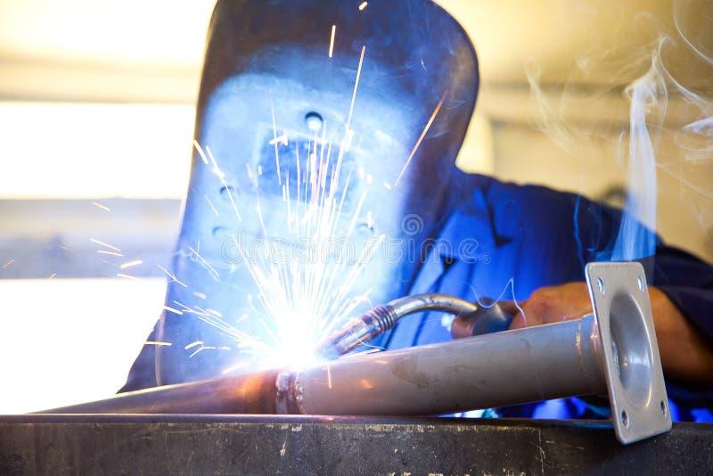 Mężczyzna z ochroną spawa żelazo zdjęcie stock