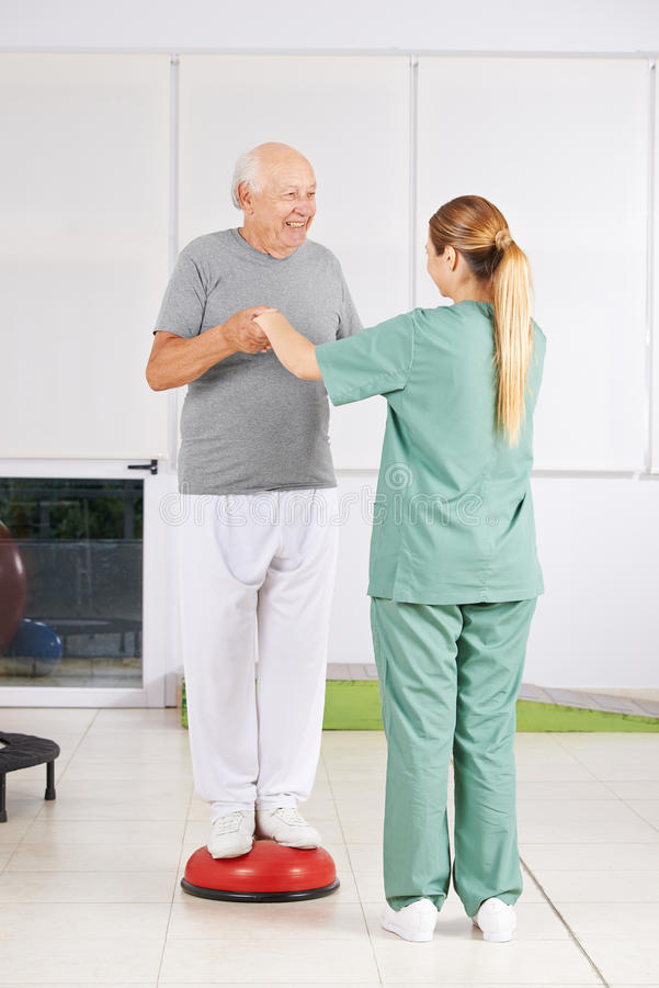 Mężczyzna z physiotherapist w fizjoterapii fotografia stock