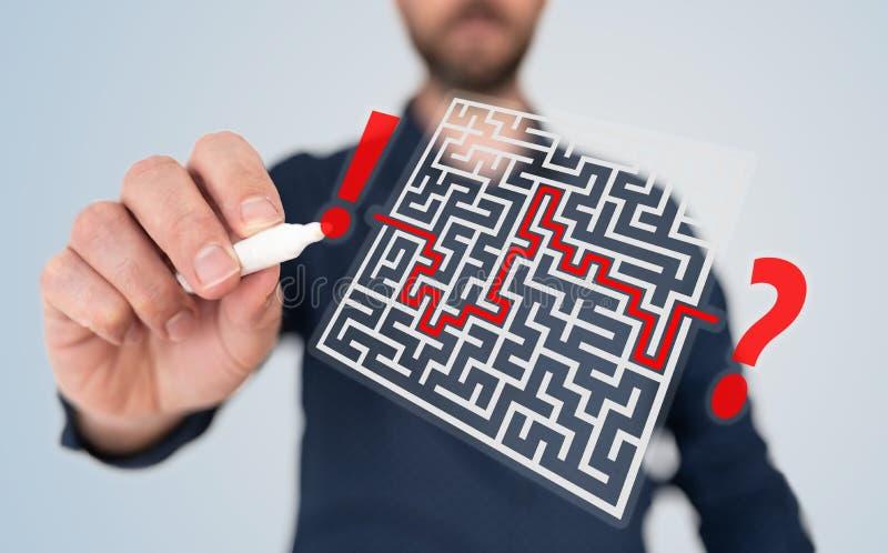 Mężczyzna z pióra znalezienia rozwiązaniem skomplikowany problemowy pojęcie z labiryntem zdjęcie stock