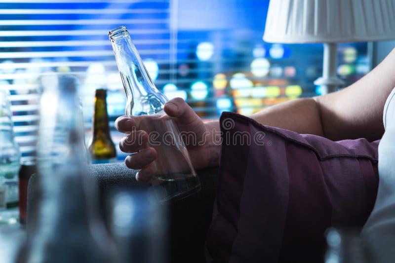 Mężczyzna z pić problemowy przy nocą póżno obraz stock