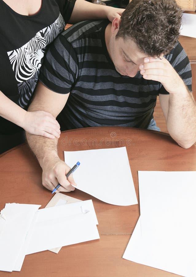 Mężczyzna z pieniężnym stresem w domu zdjęcie stock