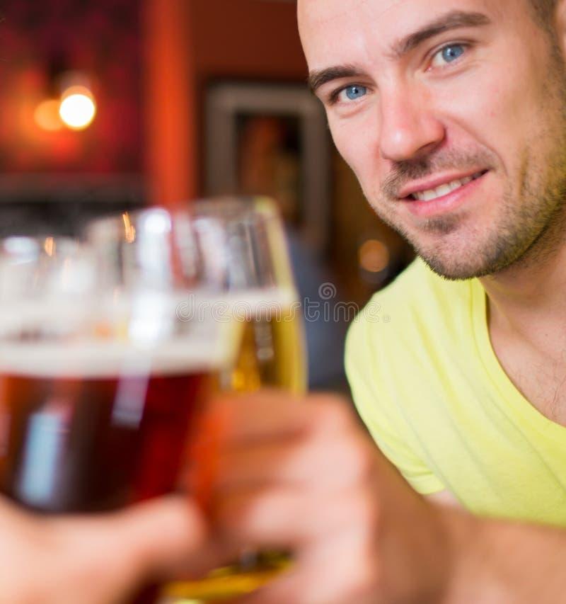 Mężczyzna z piwem w pubie fotografia royalty free