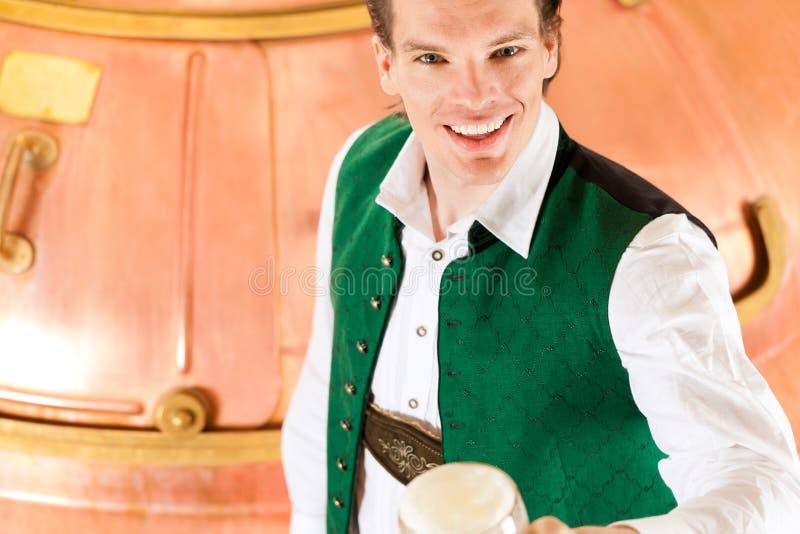 Mężczyzna z piwnym szkłem w browarze obraz royalty free