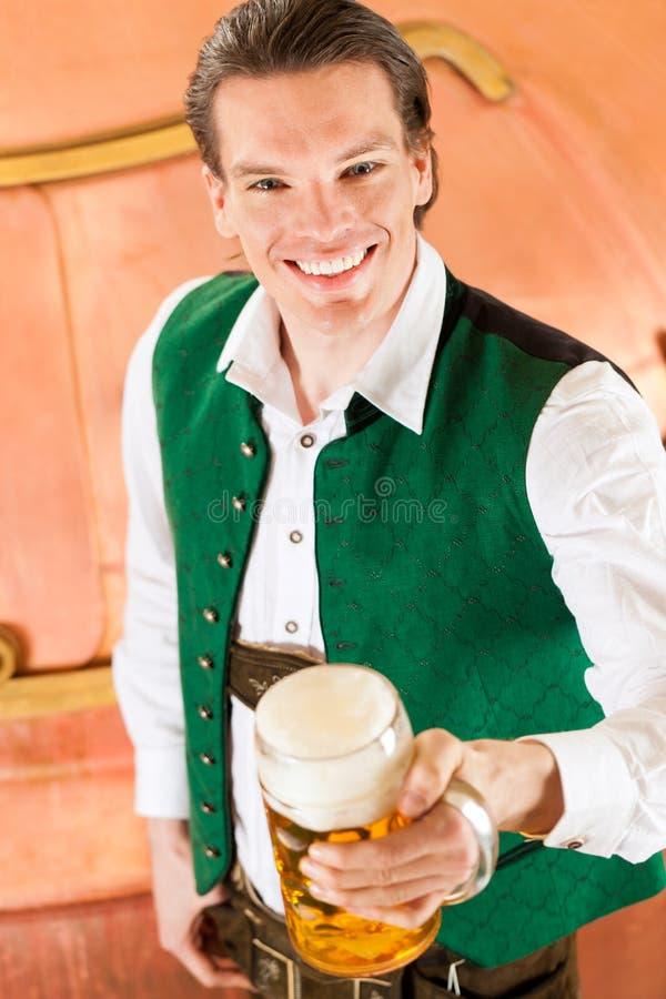Mężczyzna z piwnym szkłem w browarze fotografia royalty free