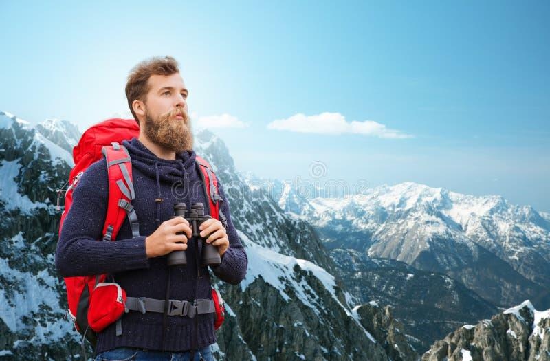 Mężczyzna z plecakiem i obuoczny outdoors zdjęcia stock