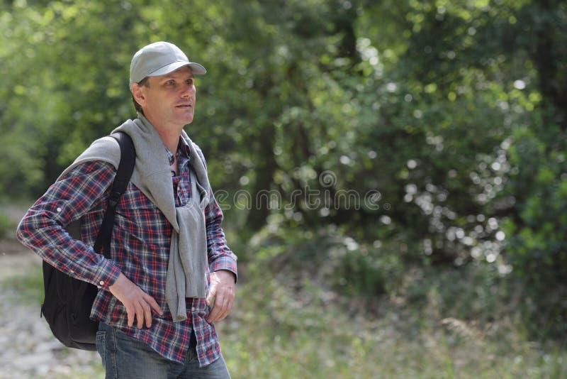 Mężczyzna z plecakiem outdoors obraz stock