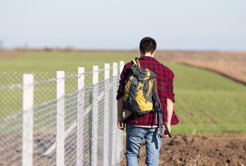 Mężczyzna z plecy obok drucianego ogrodzenia obrazy stock