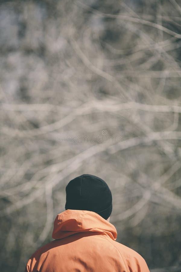 Mężczyzna z pomarańczowym parka i czarnym kapeluszem obraz stock