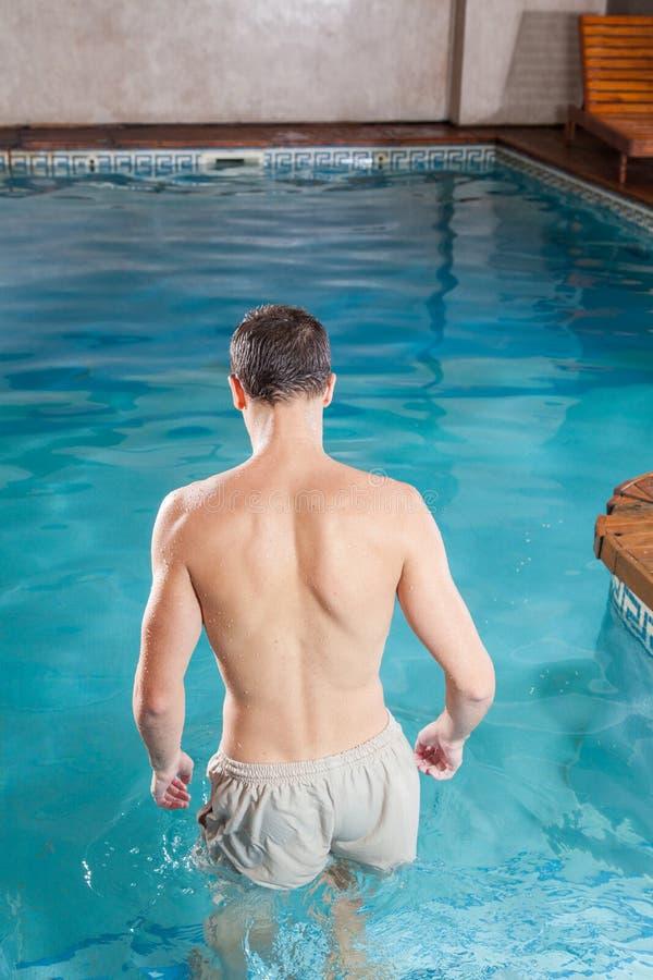 Mężczyzna z powrotem wchodzić do basenu fotografia royalty free