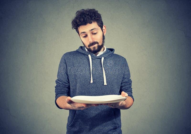 Mężczyzna z pusty półkowy patrzeć smutny fotografia stock