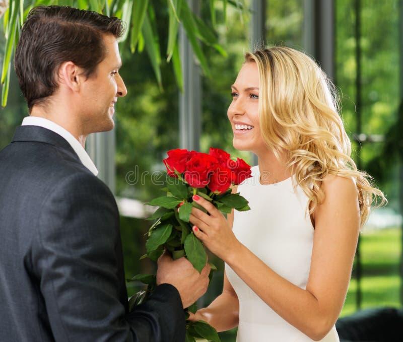 Mężczyzna z różami datuje jego damy fotografia royalty free