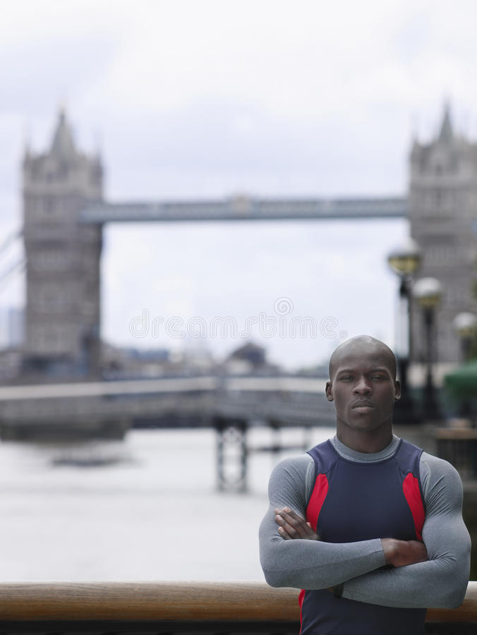 Mężczyzna Z rękami Krzyżować Przeciw wierza mostowi W Anglia fotografia royalty free