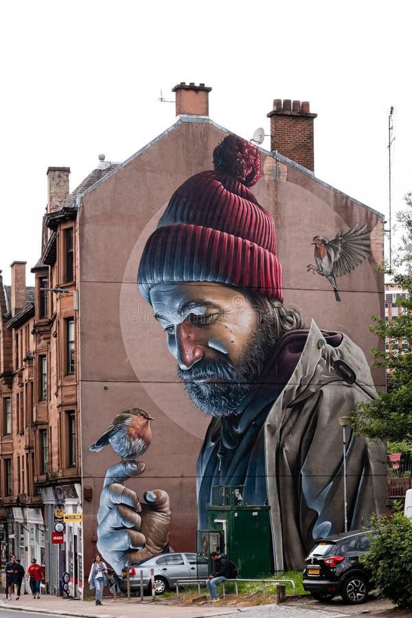Mężczyzna z rudzikiem Na Jego Palcowej malowidło ścienne głownej ulicie Glasgow Nowożytny dnia Mungo fotografia royalty free
