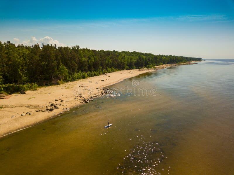 Mężczyzna z supboard na wodzie w morzu bałtyckim obrazy stock