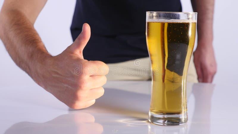 Mężczyzna z szkłem piwo Biały tło z bliska fotografia stock