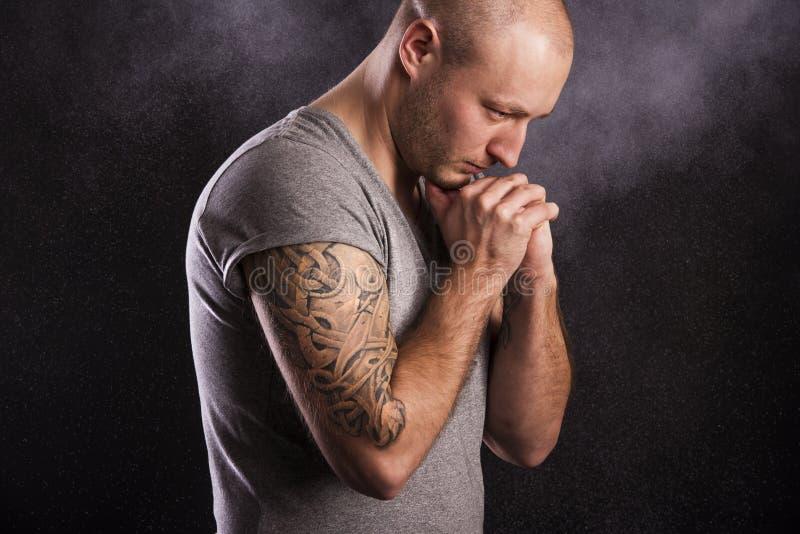 Mężczyzna z tatuażem obrazy royalty free
