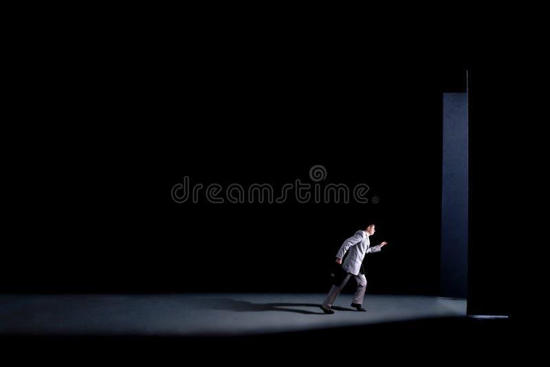 Mężczyzna z teczką śpieszy i biega przez otwarte drzwich, pojęcie biznes fotografia stock
