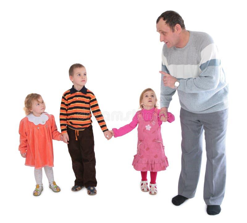 mężczyzna z trzema dzieci zdjęcie royalty free