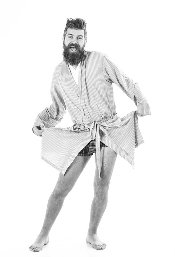 Mężczyzna z uśmiechniętą twarzą w dobrym nastroju na białym tle Śpiący well pojęcie Faceta stojak w bathrobe, tanu lub pozować we zdjęcia royalty free